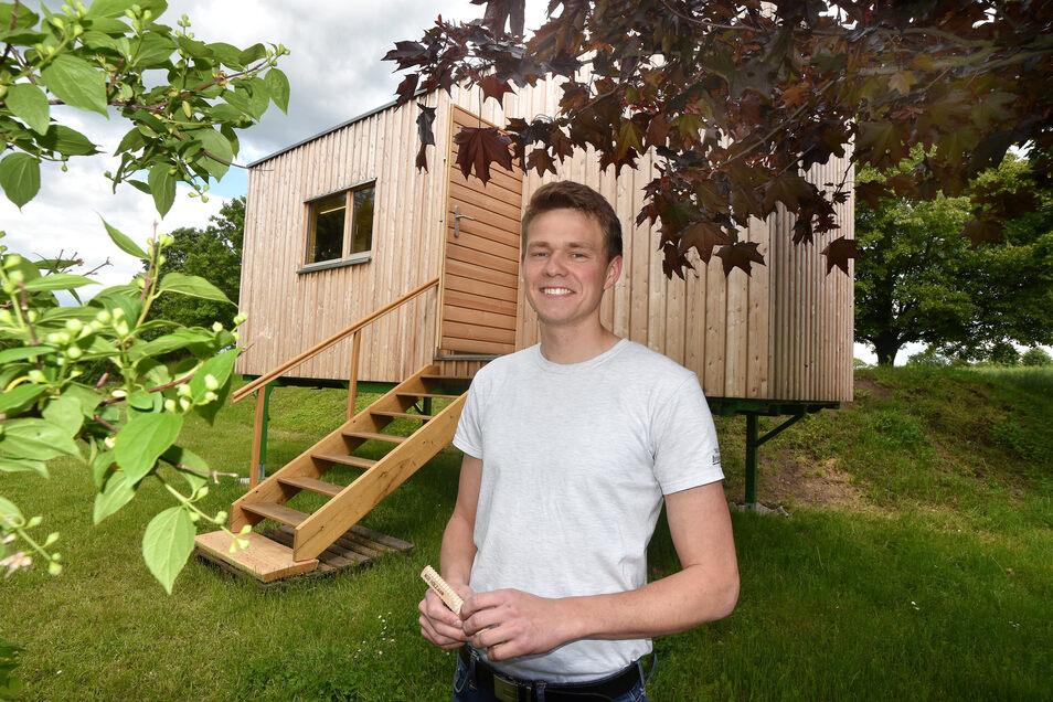 Andreas Graf und seine mobile hölzerne Wohnstätte. Der Tischler zeigt seine Kreation im Freibad.