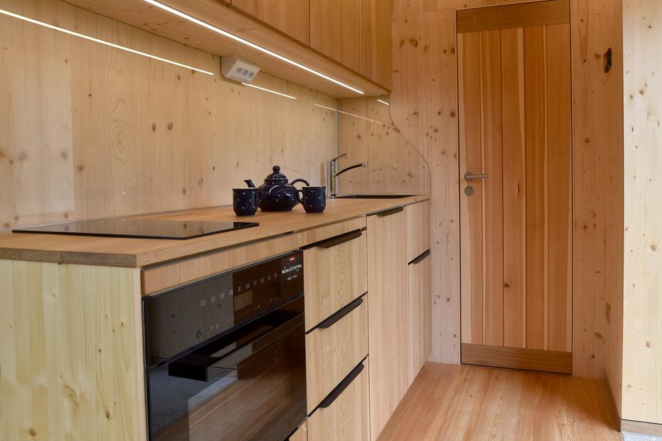 Ein Blick in die Küche des Holzhauses.