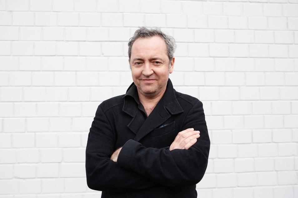Rainald Grebe, geboren 1971 in Köln, lebt jetzt in Berlin und in einem Uckermark-Dorf.