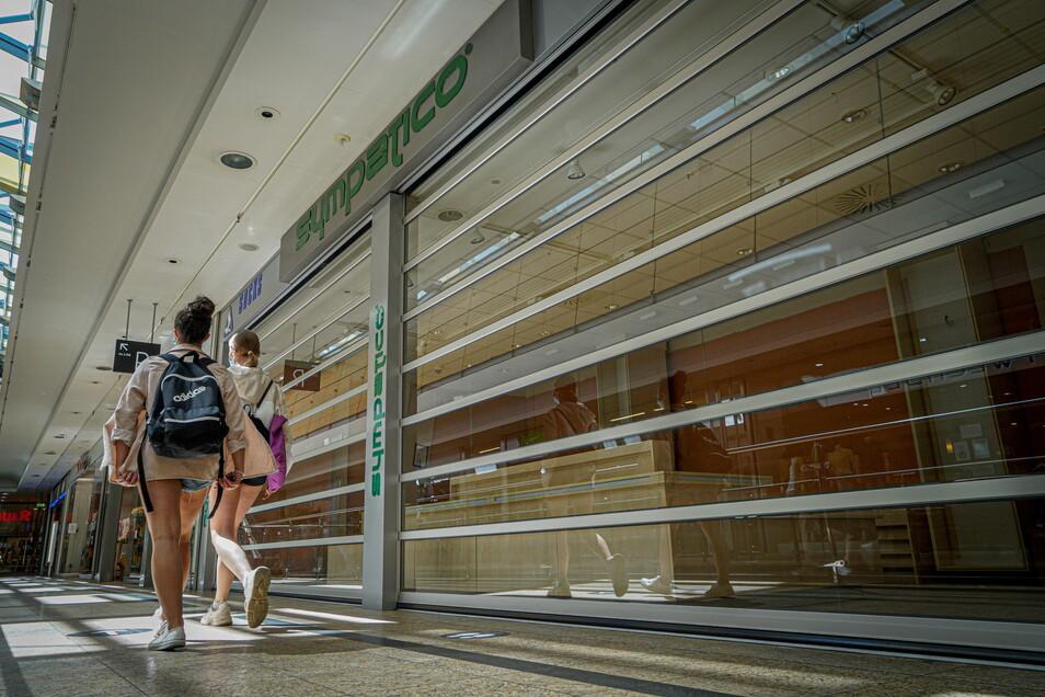 Häufen sich infolge von Corona jetzt die leeren Schaufenster wie hier von ehemals Sympatico im Bautzener Kornmarkt-Center?