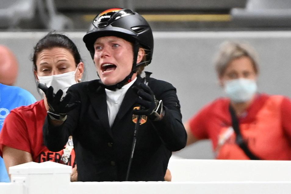 Annika Schleu gestikuliert nach ihrem Ritt im Modernen Fünfkampf, links ist Bundestrainerin Kim Raisner.