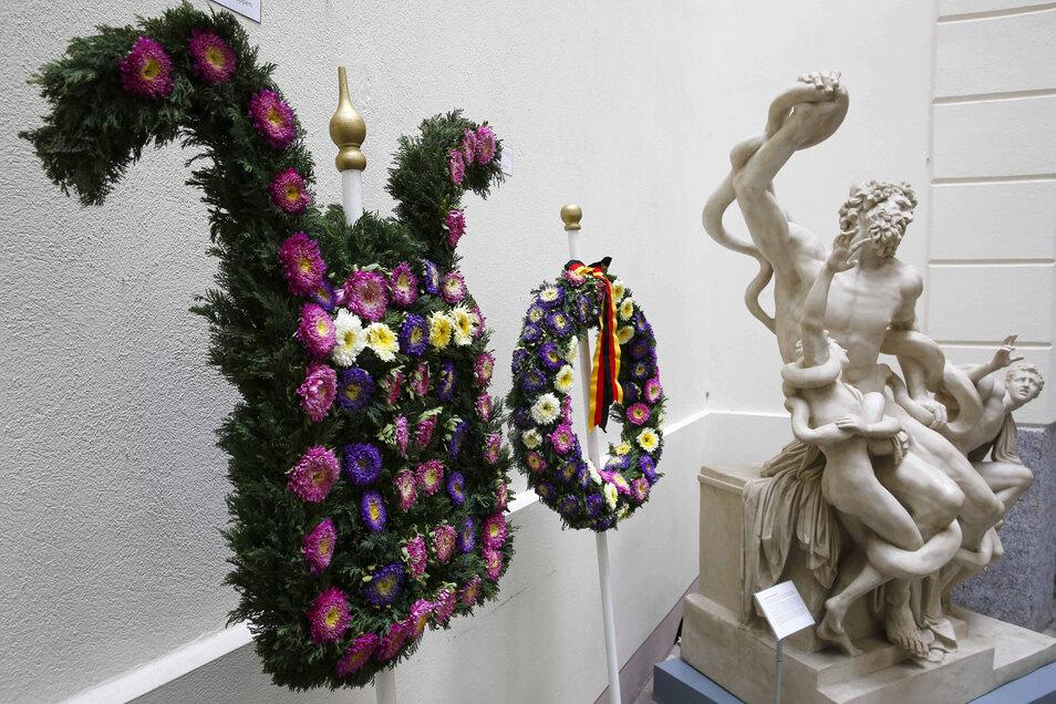 Im Rathaus-Foyer läuft eine Ausstellung der Stadtgärtnerei zu den Schmuckelementen des Forstfestumzuges.