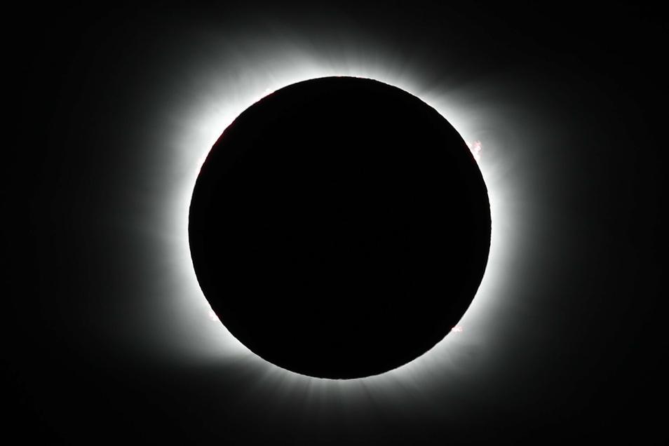 Der Mond verdeckt die Sonne während einer totalen Sonnenfinsternis in Südamerika.