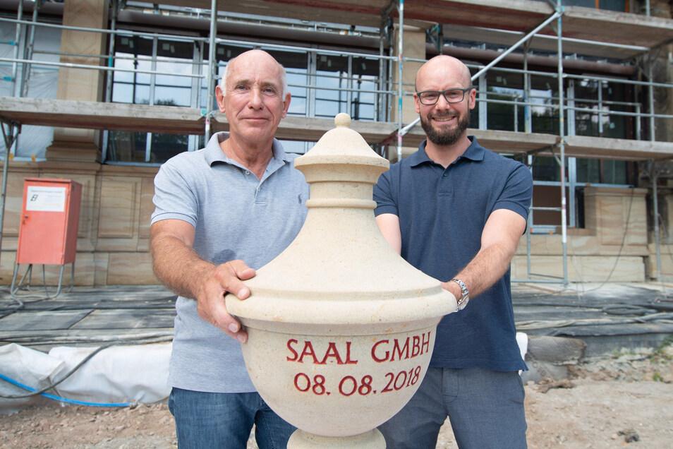 Reinhard Saal mit seinem Sohn Robin auf der Baustelle Am Herzogin Garten.