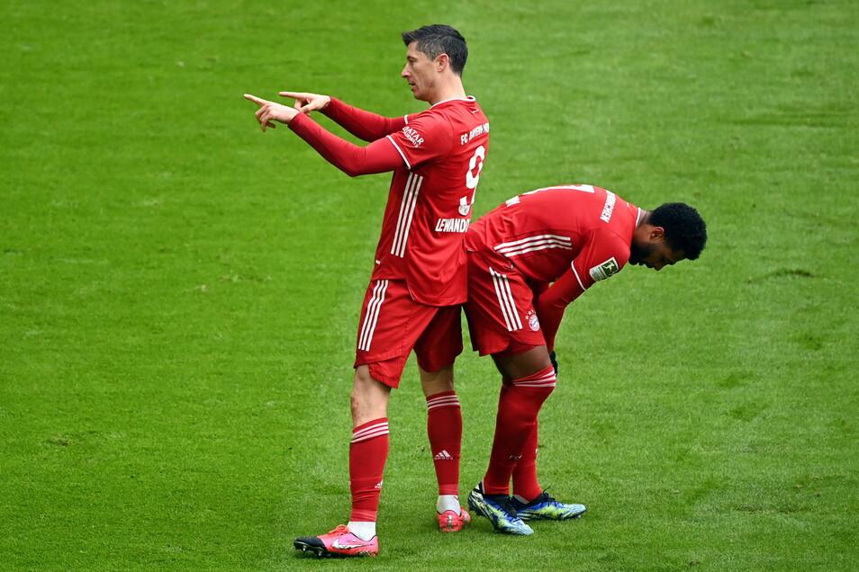 Münchens Stürmer Robert Lewandowski (l) bejubelt das 1:0.