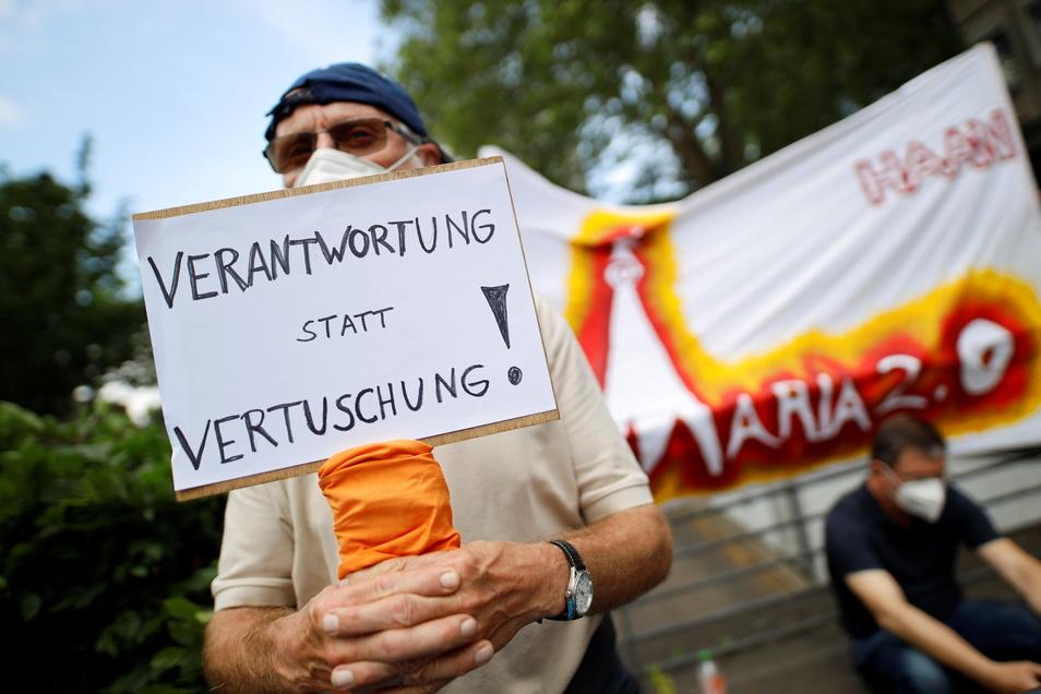 Immer wieder kommt es zu Protesten gegen den Umgang der Katholischen Kirche mit dem Thema Missbrauch wie im Juni dieses Jahres in Köln.