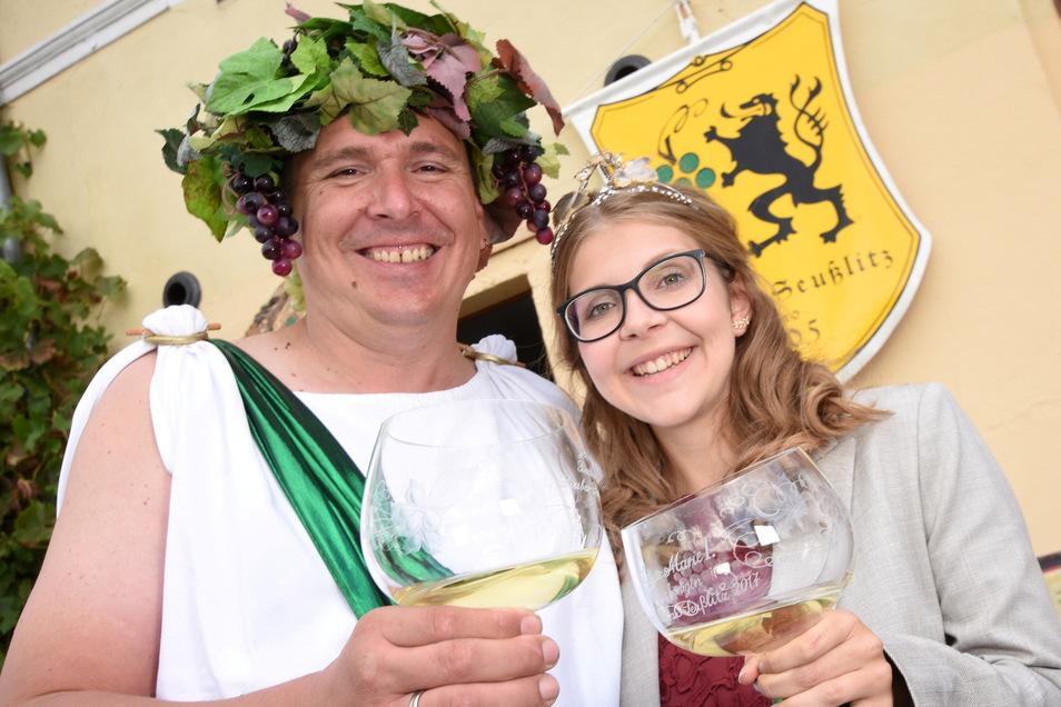 Die amtierende Ortsweinkönigin Lisa-Marie Queißer (Lisa-Marie I.) und Jens Weser als Bacchus werben bei jeder Gelegenheit für den Erholungsort Diesbar-Seußlitz.