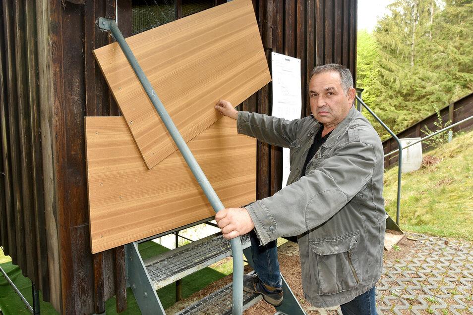 Heiko Nitschke vom Skiclub Kottmar zeigt die zerstörte Tür vom Kampfrichterturm. Die Vereinsleute haben sie notdürftig dicht gemacht.