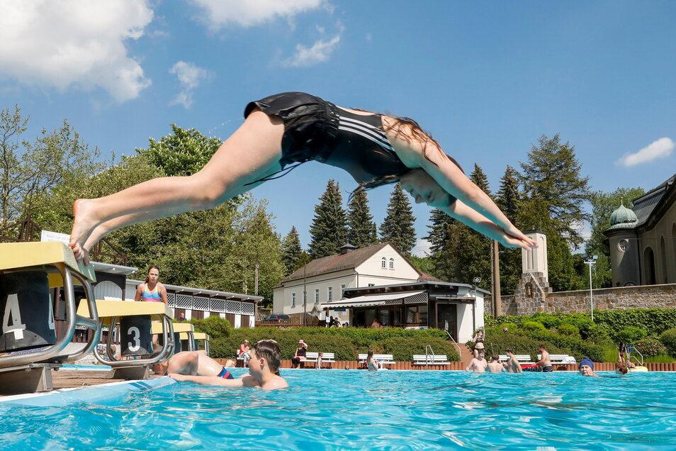 Dieses Mädchen springt im Ebersbacher Bad mit Freude in die neue Badsaison.
