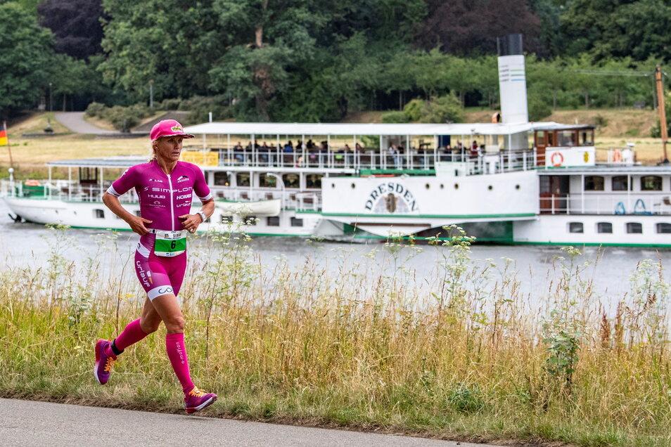 Von 2015 bis 2019 versuchte ein Veranstalter aus Köln, in Dresden einen City-Triathlon zu etablieren und lockte bekannte Athleten wie die Niederländerin Yvonne van Vlerken an die Elbe. Doch 2020 und 2021 fiel der Wettkampf aus.