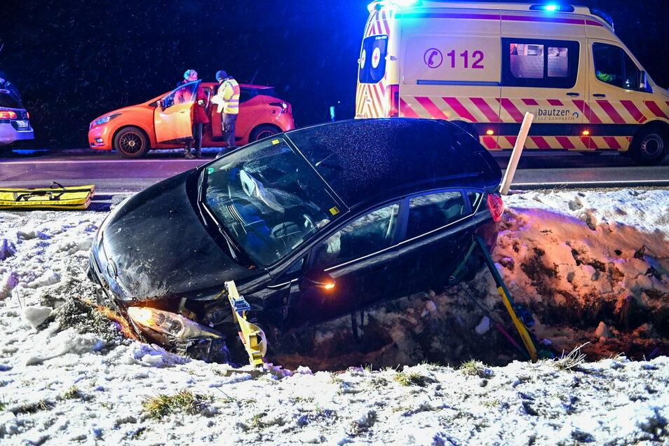 Die Feuerwehr stützte den Ford ab, damit er ihr beim Befreien des Fahrers nicht wegrutschen kann.