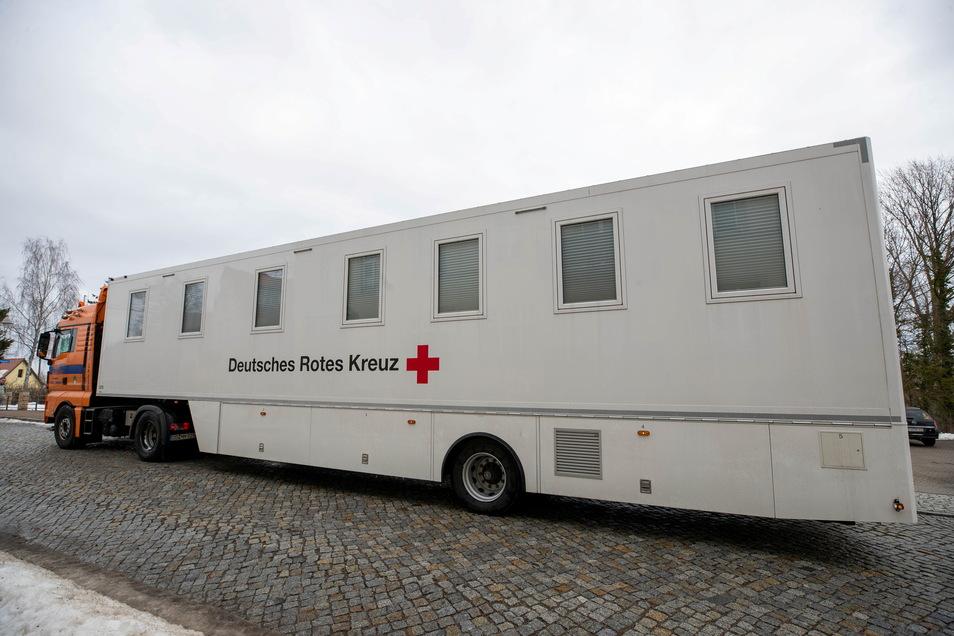 Ein solches mobiles Impfzentrum ist dieser Tage wieder in Freital im Einsatz.
