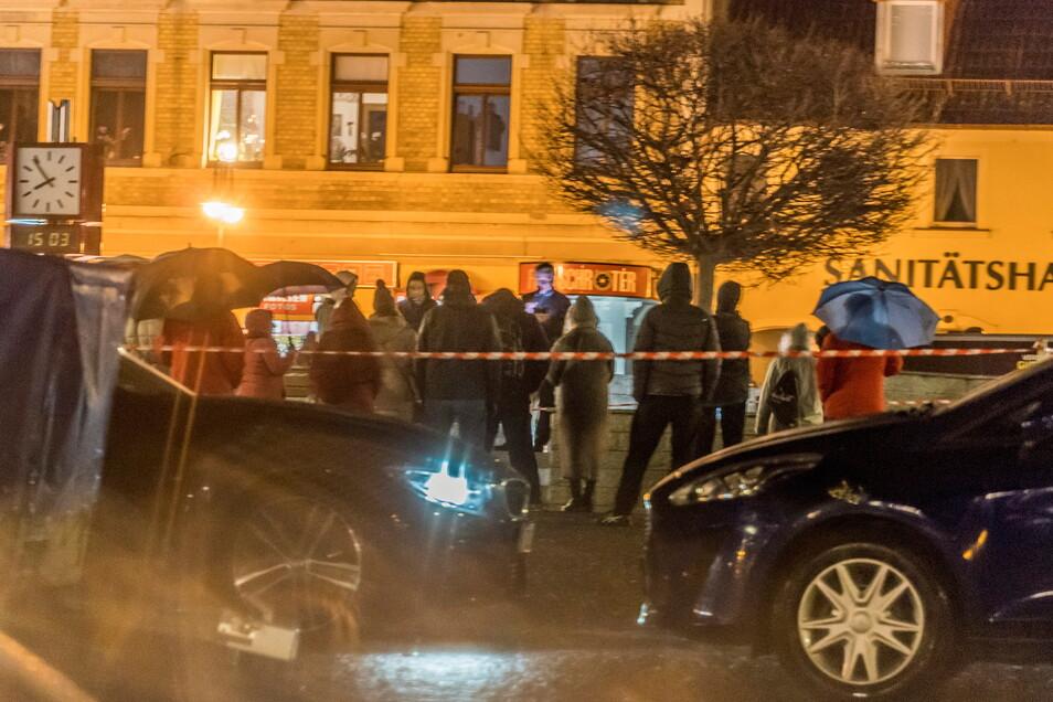 Auf dem Riesaer Rathausplatz hatten sich trotz schlechten Wetters am Montag Menschen zu einer Kundgebung eingefunden.
