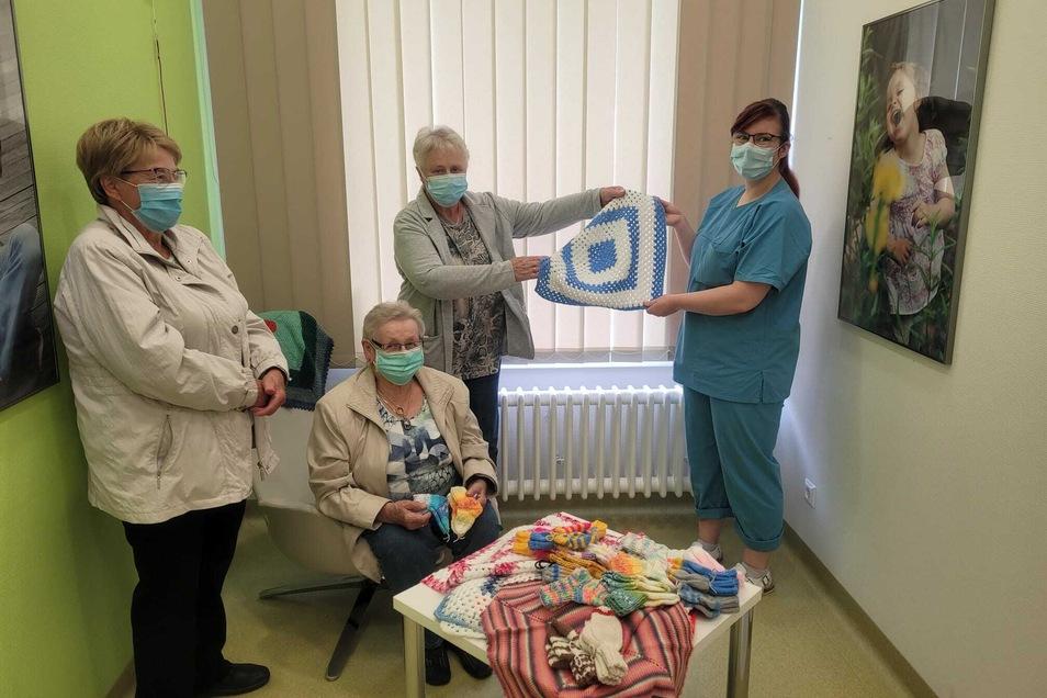 """Mützchen, Decken und Babyschuhe fertigen die älteren Damen des Vereins """"Kunnerwitzer Gemeinschaft"""" für Babys, die im Städtischen Klinikum Görlitz geboren werden."""
