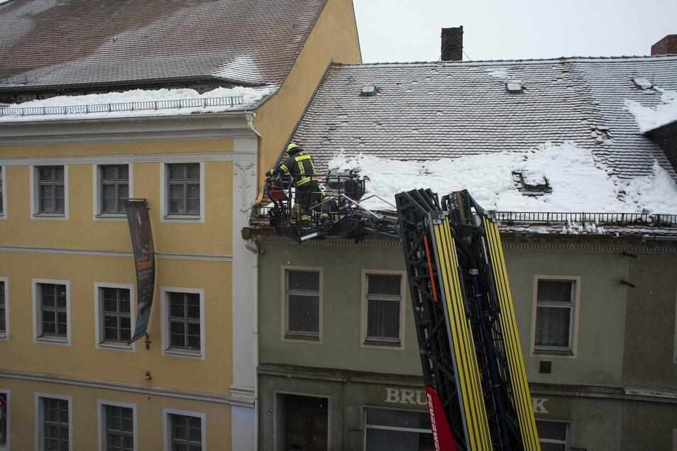 Neben dem Museum der Westlausitz in Kamenz rückte Freitagmittag die Feuerwehr an. Lose Dachziegel drohten auf Passanten zu stürzen.