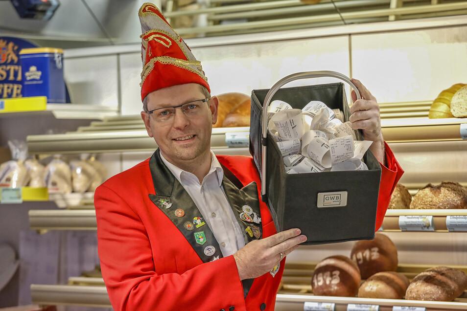 Daniel Rissmann vom FKK mit einem Teil der Kassenbons. Noch bis Donnerstag werden sie bei der Filiale der Bäckerei Münch in Neusalza-Spremberg auf dem Obermarkt gesammelt.