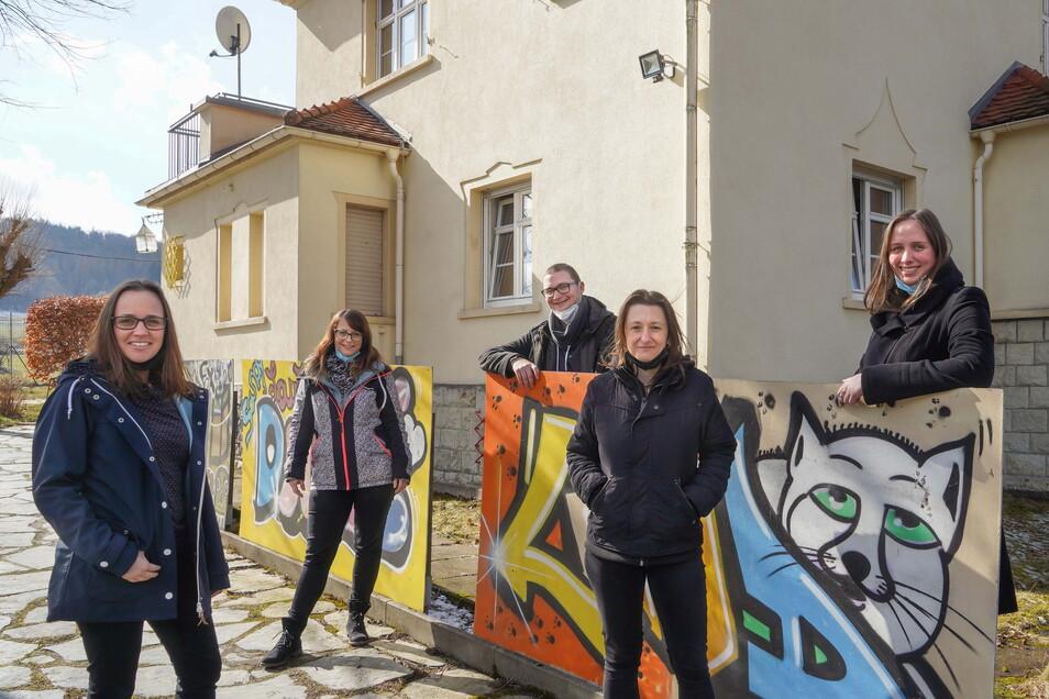 Nur für das Foto haben die Valtenbergwichtel Susann Krause, Sandra Schwarze, Paul Schneider, Candy Winter und Evelyn Schöbel (v. l.) ihre Masken kurz abgesetzt. Die Sehnsucht nach Rückkehr zur Normalität ist bei den Jugendsozialarbeitern groß.