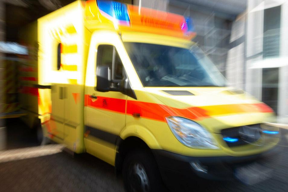 Ein Rettungswagen unterwegs: In den vergangenen 20 Jahren nahmen sich im Kreis fast 1.000 Menschen das Leben.