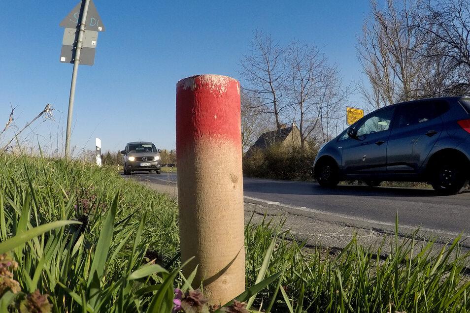Die Pfähle entlang der Kreisstraße zwischen Naunhof und Bockelwitz haben Vermesser hinterlassen. Die Verbindung, die als Autobahnzubringer fungiert und häufig Umleitungsverkehr bewältigen muss, soll ausgebaut werden.