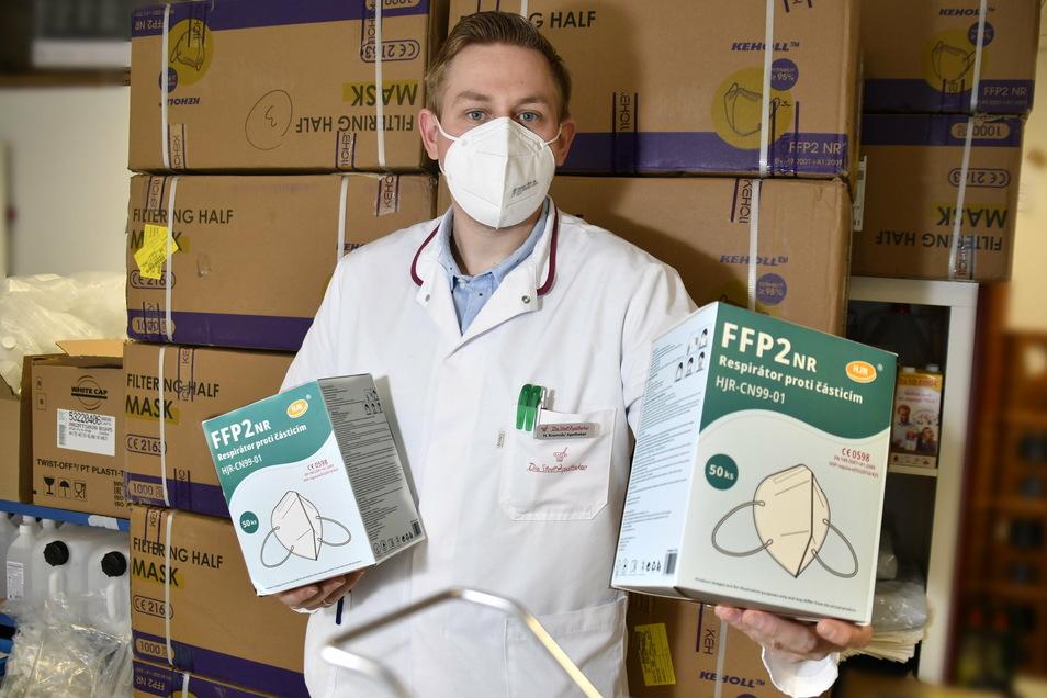Filialleiter Holger Kromnik mit Kisten voller FFP2-Masken in der Fetscher-Apotheke in Dresden.