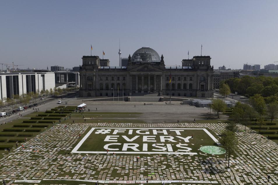 Aktivisten von Fridays for Future hatten Ende April für den alternativen Klimastreik Protestplakate für den Klimaschutz auf der Reichstagswiese ausgelegt.