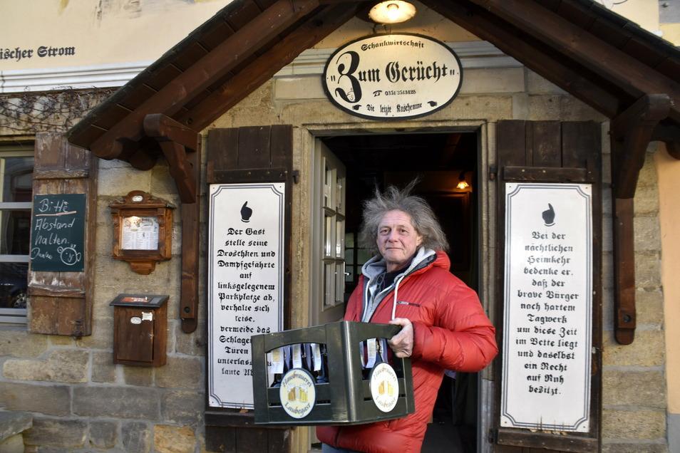Gerücht-Wirt Thomas Böhme ist auch jetzt von mittwochs bis sonntags für seine Gäste da und verkauft Bier aus der Hausbrauerei und Essen zum Mitnehmen.