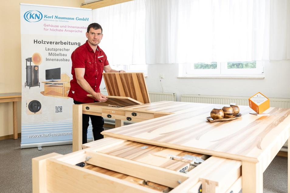 Michael Zscharschuch ist Tischlermeister. Er wohnt in Reinhardtsgrimma, arbeitet in Bärenstein und hat einen ausziehbaren Tisch konstruiert, den es so bisher noch nicht gibt.
