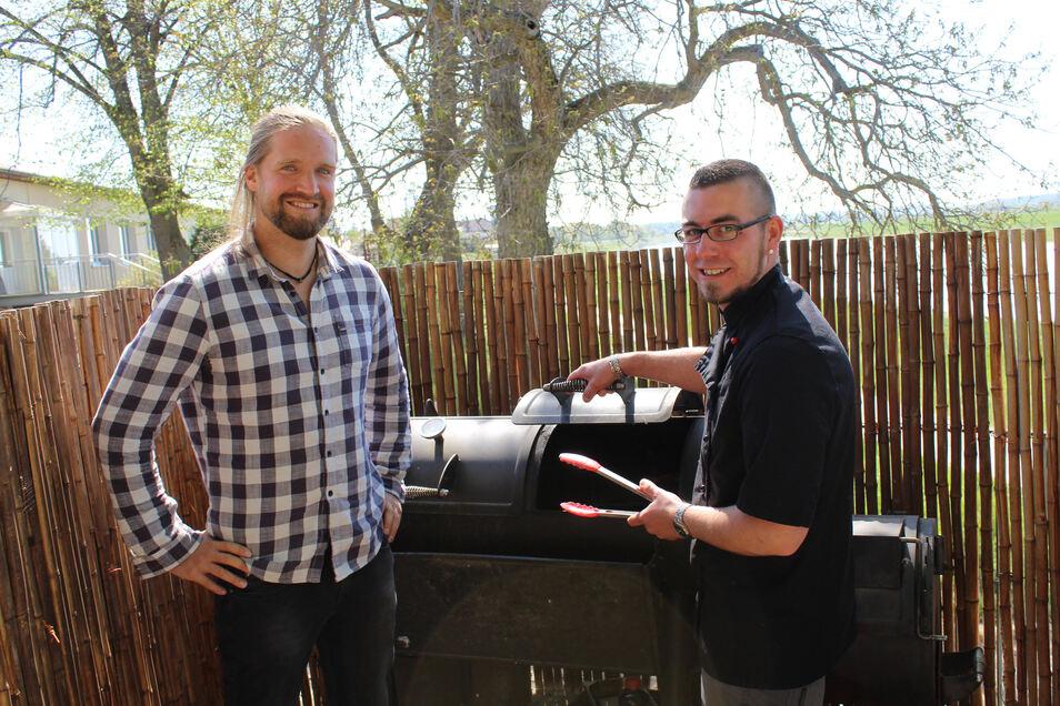 Seit August letzten Jahres ist Ronny Köhler (rechts) der Koch im Barbados. Hier bereitet er mit Norman Krebs den Smoker vor.
