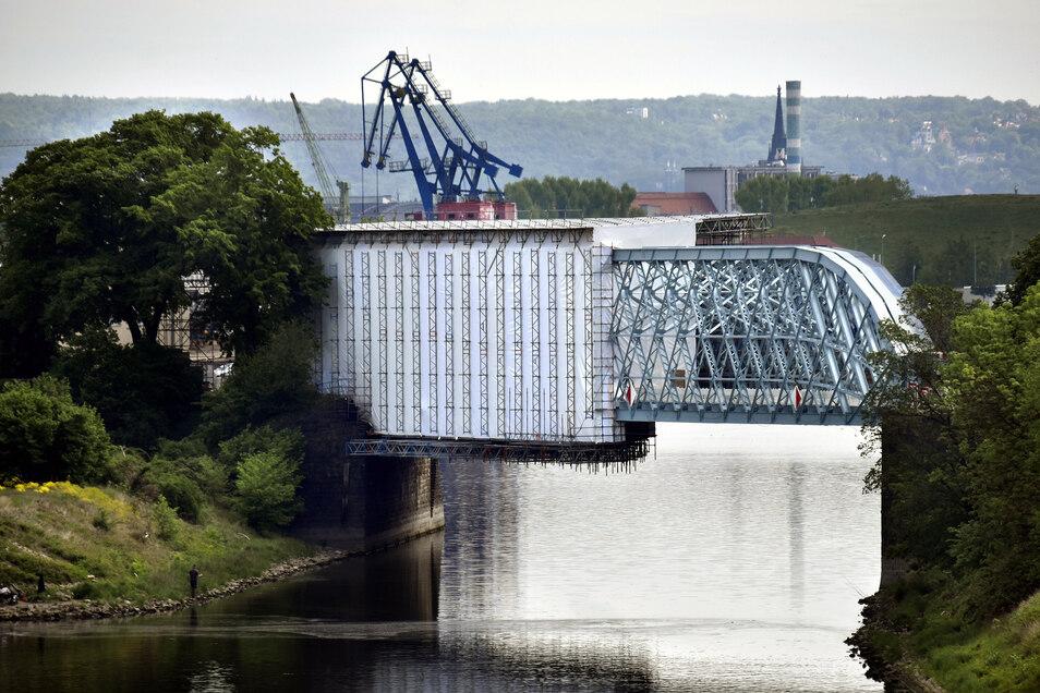Im Mai dieses Jahres war die zweite Brückenhälfte bei der Sanierung noch verhüllt.