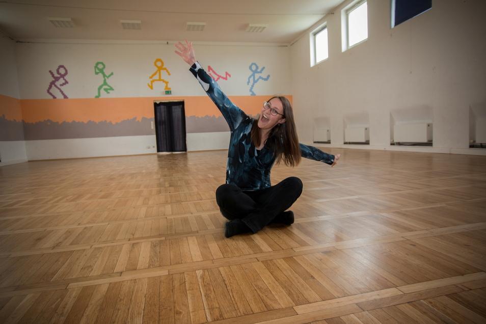 """Sina Behrendt ist die neue Leiterin des Jugendfreizeitzentrums """"Checkpoint"""" in Massanei. Sie hat viele Ideen für die künftige Nutzung des Domizils. Unter anderem möchte sie in der Halle einen Kurs für Pole-Dance und Luftakrobatik leiten."""