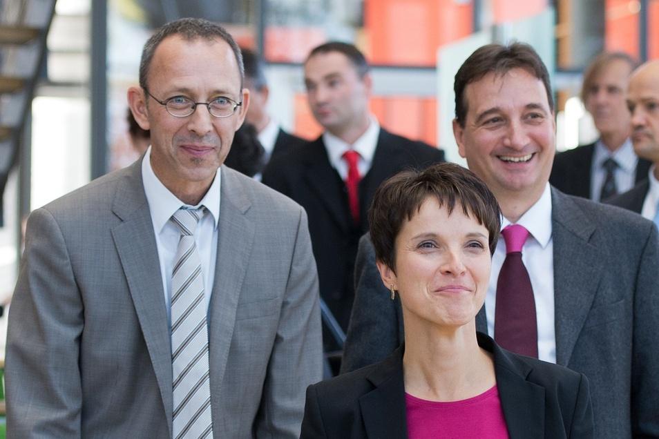 Die damals zukünftigen Abgeordneten der AfD im Landtag, Jörg Urban (l-r), die Landesvorsitzende der AfD Sachsen, Frauke Petry und Stefan Dreher, treffen am 29. September 2014 im Plenarsaal in Dresden ein.