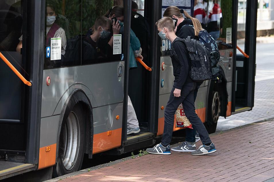 In Bussen und Bahnen geht es oft eng zu. Deshalb gilt seit dem 1. September in fast allen Bundesländern in öffentlichen Verkehrsmitteln die Maskenpflicht.