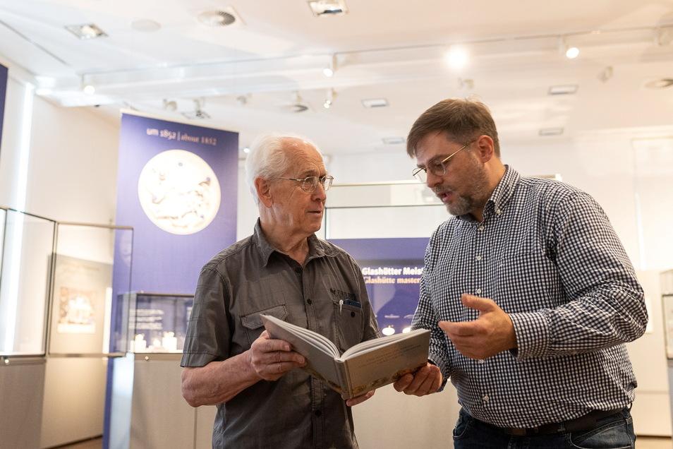 Jürgen Peter (links) hat ein Buch zur Geschichte der frühen Uhrmacherei in Glashütte geschrieben. Zusammen mit dem stellvertretenden Museumsleiter Jürgen Franke von Deutschen Uhrenmuseum wirft er einen Blick hinein.