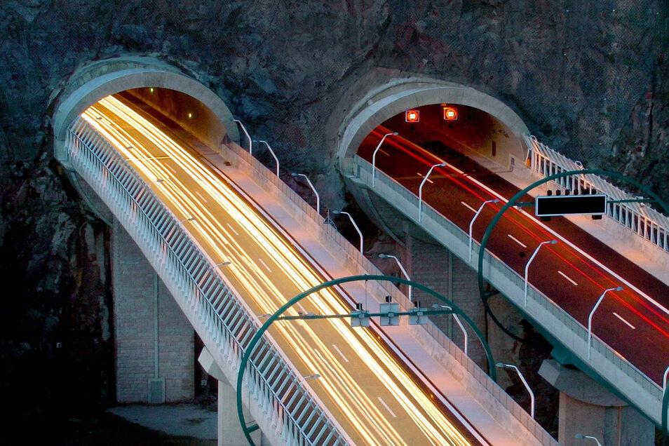 Die Tunnel-Brücke-Kombination der A 17 ist schon etwas besonders. Nun sind hier Arbeiten notwendig. Im Tunnel Dölzschen müssen Anlagen erneuert werden.
