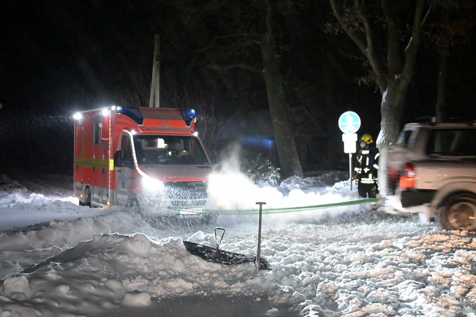 Nicht immer schaffen es Rettungskräfte im Winter rechtzeitig zum Unfallort. Oder sie bleiben stecken wie hier in Herzebrock-Clarholz, Nordrhein-Westfalen.
