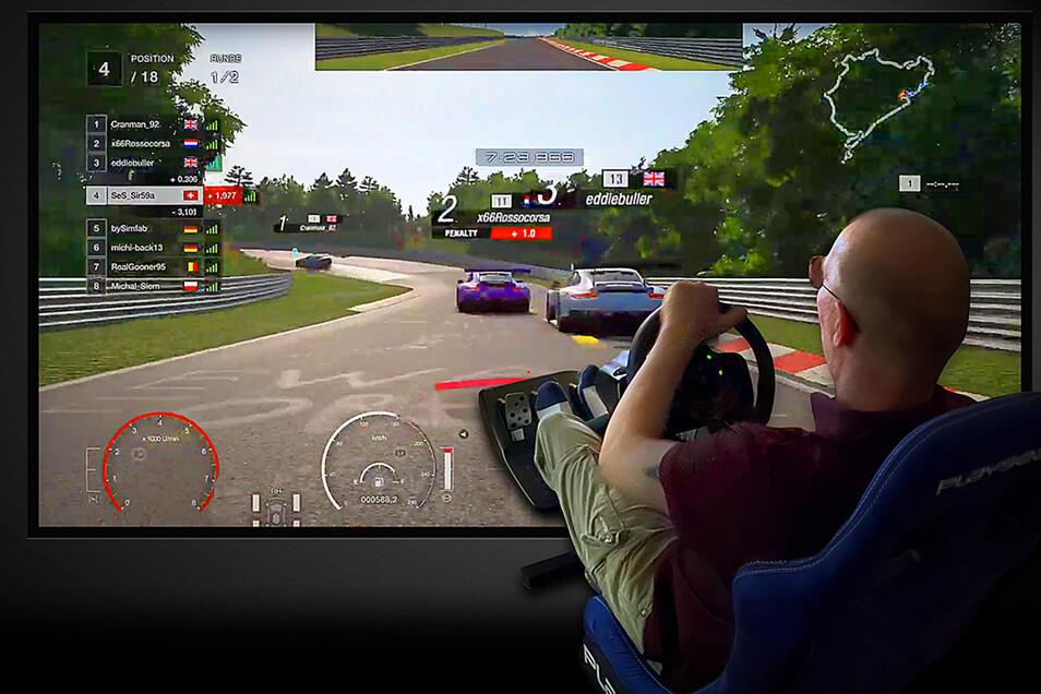 Gran Turismo Sport ist ein Heimspiel für Mario Freytag. Sein virtuelles Rennauto steuert er nicht per Controller, sondern mit Lenkrad und Pedalerie.