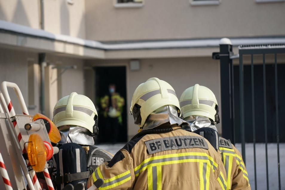 Weil die Brandmeldeanlage des Bautzener Polizeireviers Alarm ausgelöst hatte, erkundeten Feuerwehrleute die Lage. Sie konnten schnell Entwarnung geben.