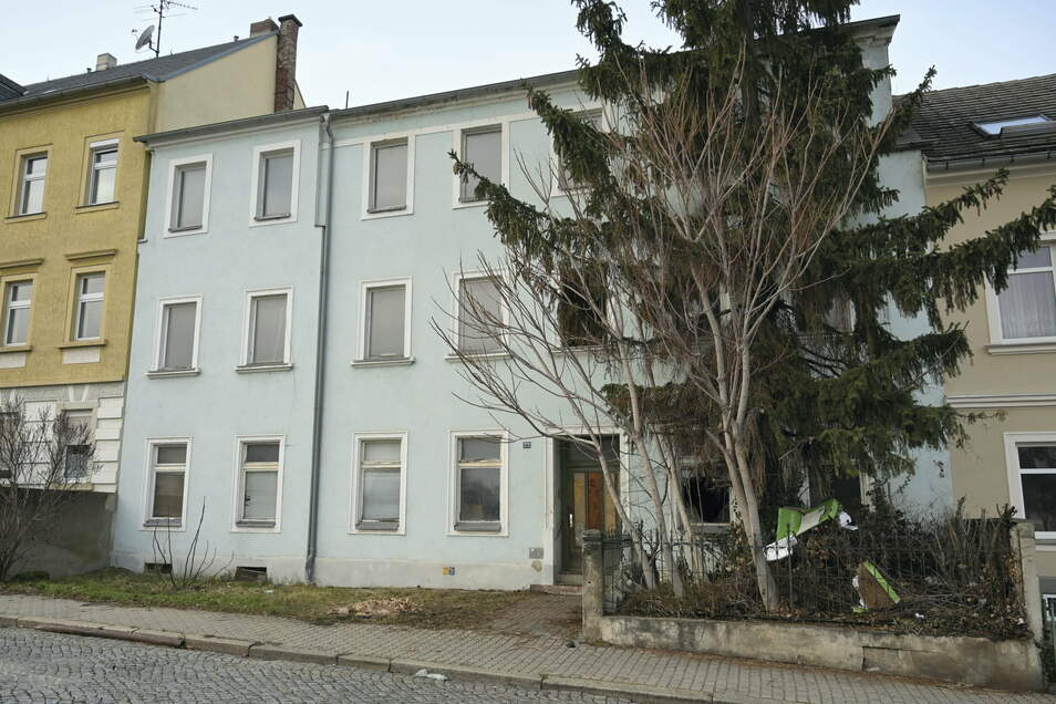 Nach dem Brand vom Wochenende hatte die Gebäudefassade – hier ein Foto vom Montag – noch einen intakten Eindruck gemacht.
