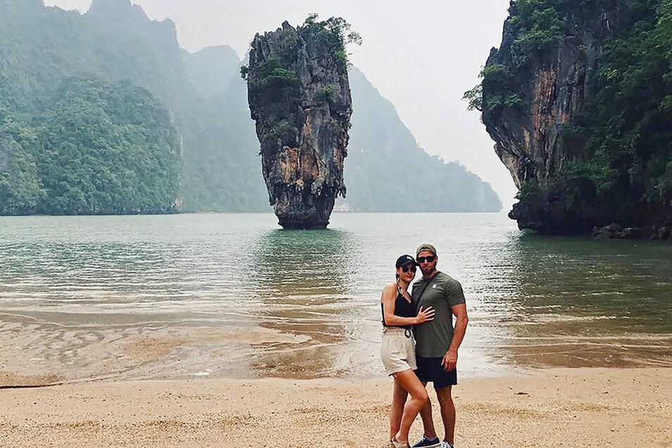 Die Urlauber Chiara L. und Kevin H. stehen auf der Insel Khao Phing Kan, die auch als James-Bond-Insel bekannt ist. Wegen der Insolvenz des Reiseveranstalters Thomas Cook bekamen die beiden Thailand-Touristen Probleme mit ihrem Hotel.