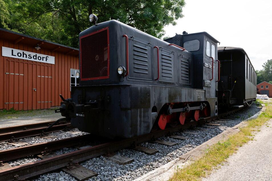 Die Diesellok steht schon fahrbereit am Bahnhof in Lohsdorf. Am 19. Juni findet seit Längerem wieder der erste Fahrtag beim Schwarzbachbahnverein statt.