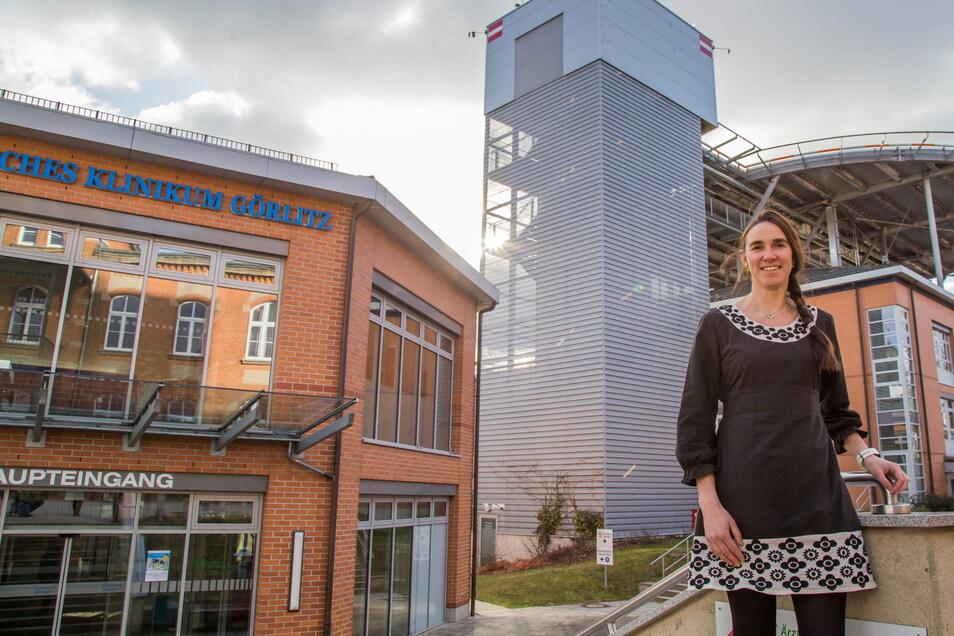 Ines Hofmann vor dem Görlitzer Klinikum. Sie ist die neue Geschäftsführerin seit dieser Woche.