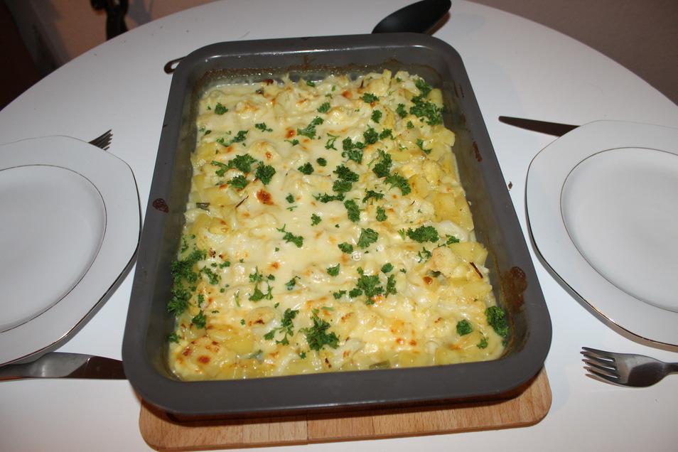 Kartoffelauflauf mit reichlich Béchamelsauce und frischer Petersilie.