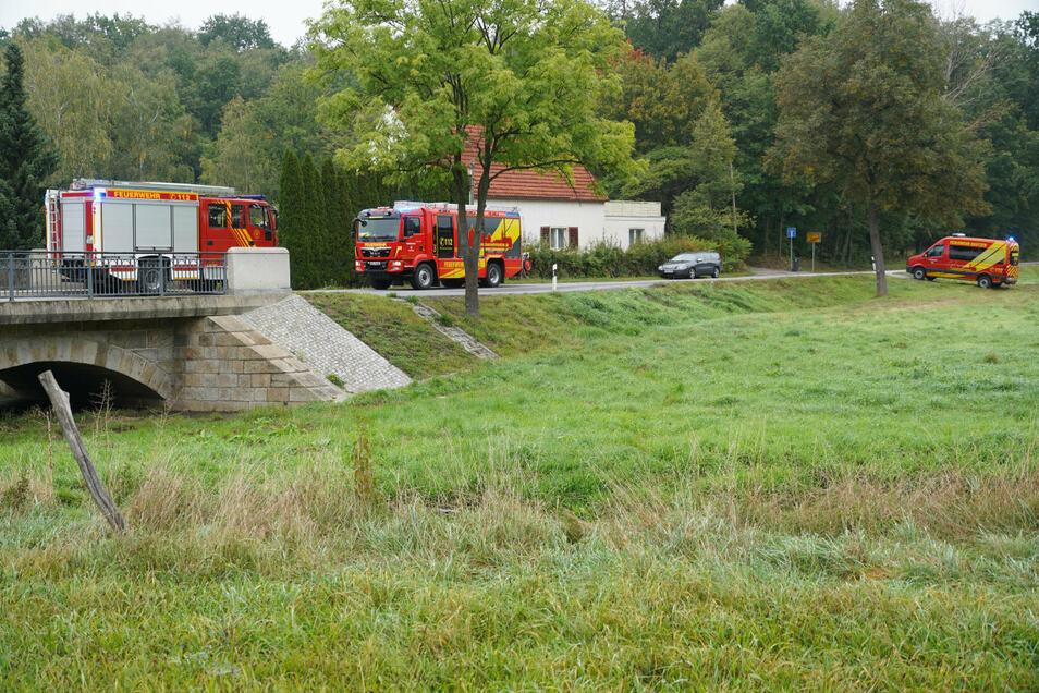 Im Bereich der Weißenberger Straße bei Nadelwitz war die Berufsfeuerwehr Bautzen im Einsatz, um zu verhindern, dass die Verunreinigungen aus dem Wuischker Wasser in den Albrechtsbach gelangen.