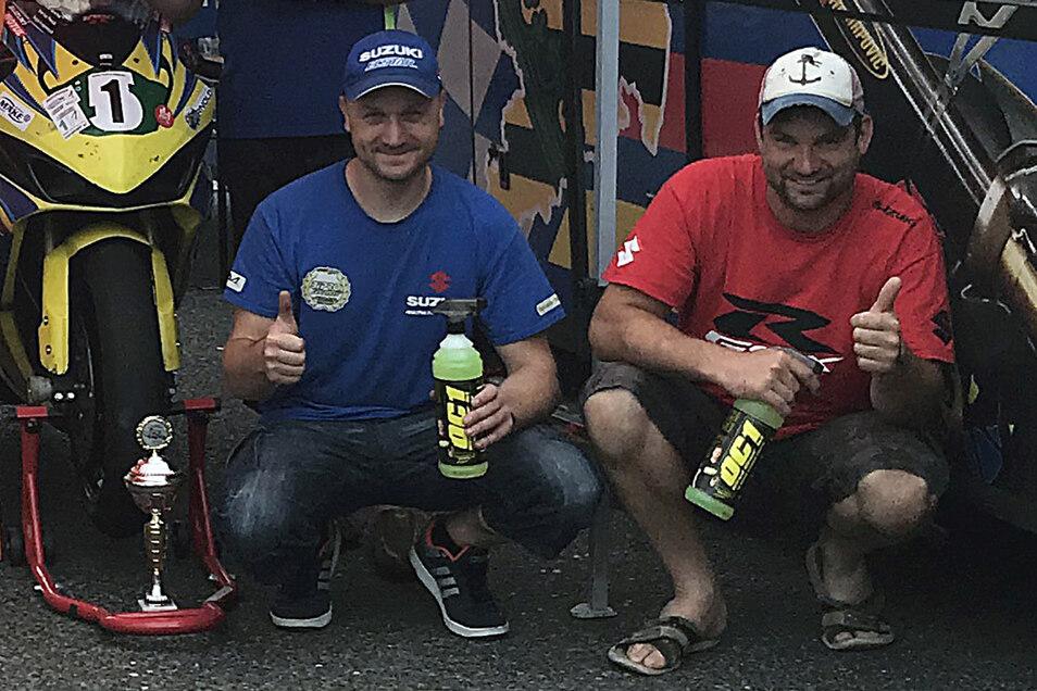 Stefan Genscher aus Waldheim (links) und der Roßweiner Tino Striegler freuen sich über den Sieg beim Lauf zum German Endurance Cup im tschechischen Brno.