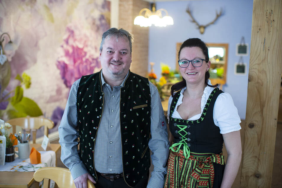 Andriko Zimmermann mit Tochter und Mitarbeiterin Janina Schmeltekop im Berggasthof in Jauernick-Buschbach. Seit Jahren ist der Gastwirt auf Suche nach Personal.