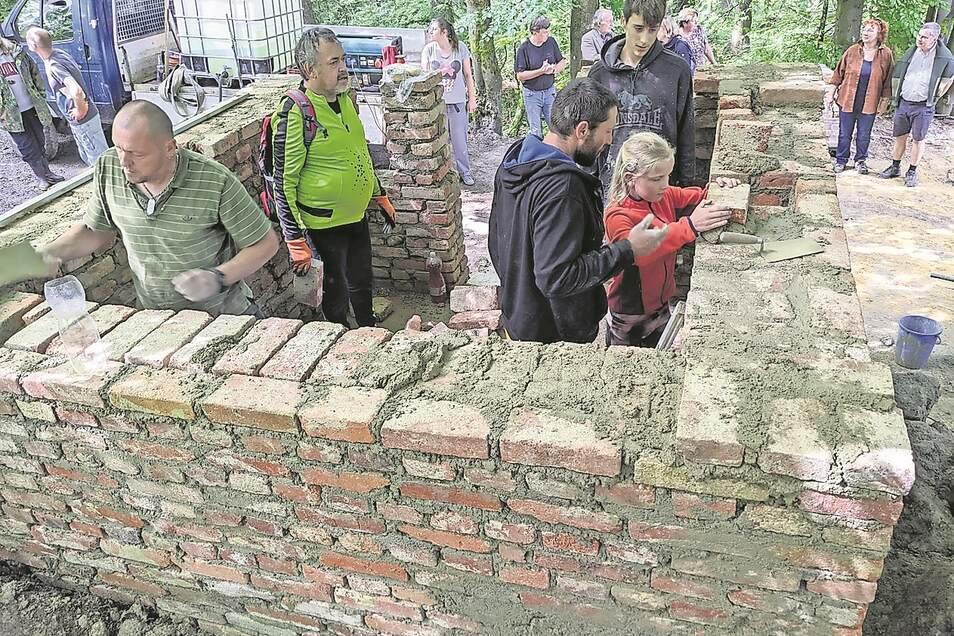 Einheimische, Urlauber und Helfer aus Deutschland bauen gemeinsam die Waldkapelle bei Dolní Maxov in Tschechien wieder auf. Sie wurde einst abgerissen.