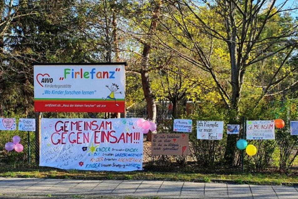 """Einen Tag lang hingen diese und weitere Plakate am Zaun der Kita """"Firlefanz"""" in Lauta Süd, als Zeichen des Protestes gegen die Corona-Notbremse."""