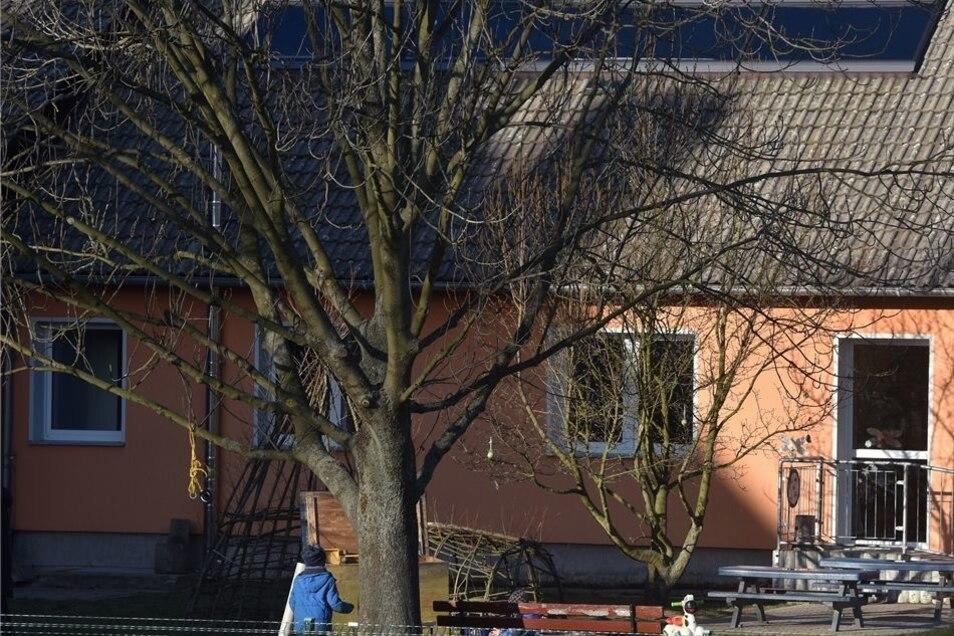 Einige von Kottmars Baustellen für das laufende Jahr: Die Hochwasserschäden an den Bächen (oben links) werden weiterhin beseitigt. Die Kindertagesstätte in Obercunnersdorf soll von Grund auf saniert werden (unten rechts). Der Bahnübergang in Eibau wird mo