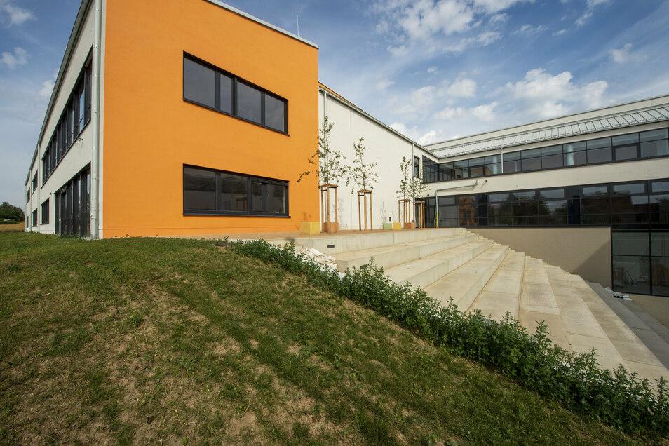 Blick aufs fertiggestellte Theatron auf der Rückseite des neuen Wilsdruffer Gymnasiums.