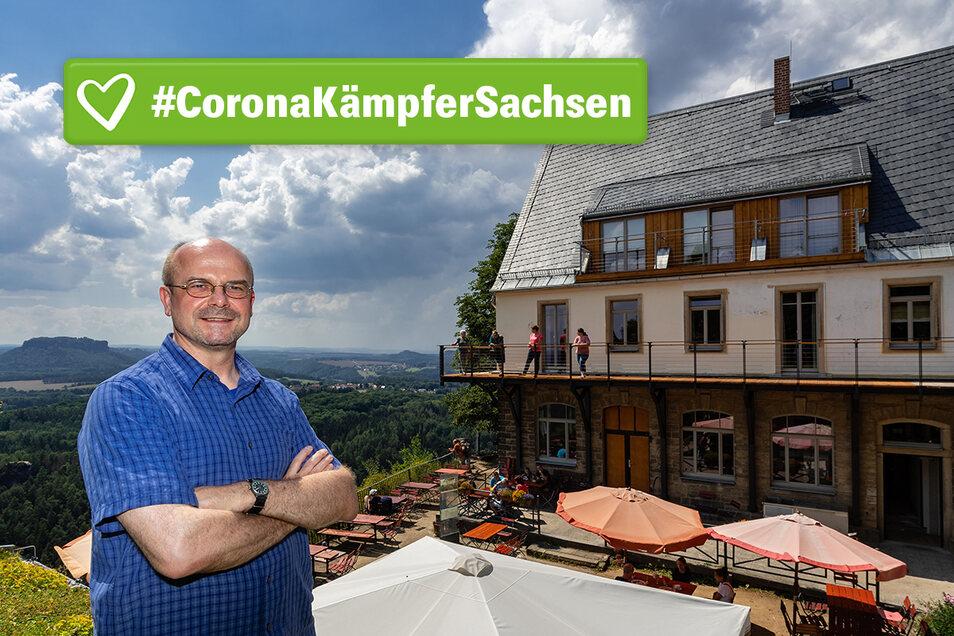 Michael Dora Wirt der Brand-Baude Bergrestaurant & Herberge in Hohnstein vor dem sanierten Steinhaus.